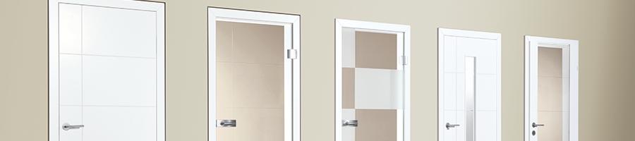 Vollholztüre Weißlack mit Linien selbiges Motiv findet sich auch bei den Ganzglastüren sowie als Glasausschnitt oder Friesglastüre und Innentüren